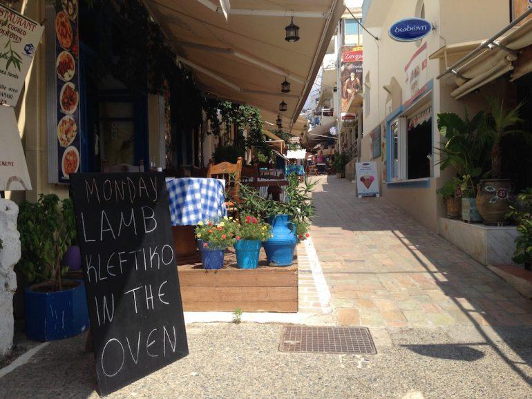 Kreta Highlights: Gasse mit Geschäften in Agia Galini