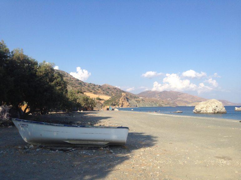 Kreta Sehenswürdigkeiten: Boot am Strand von Kali Limenes