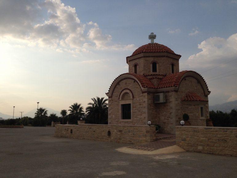 Kreta Sehenswürdigkeiten: Kirche vor wolkigem Himmel