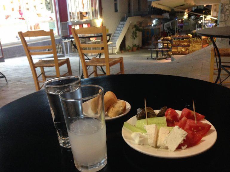 Kreta Sehenswürdigkeiten: Speisen und Getränke in einer Ouzeria