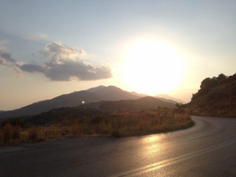 Kreta Sehenswürdigkeiten: Strasse im Sonneuntergang bei Timbaki