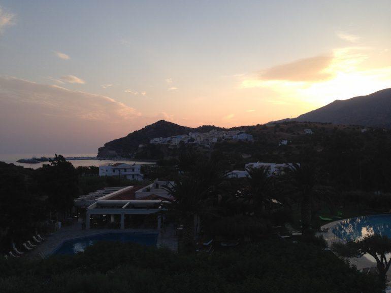 Kreta Highlights: Sonnenuntergang über Agia Galini vom Irini Mare