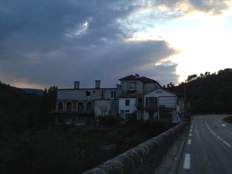 Leerstehendes Hotel und Strasse bei Ispagnac