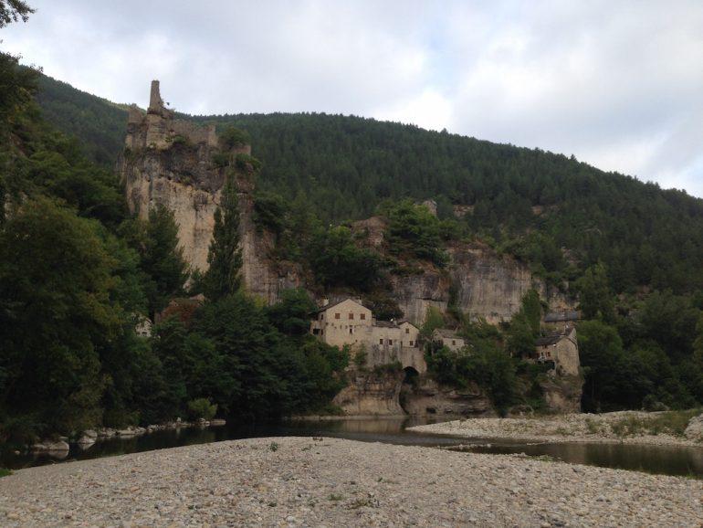 Häuser, Fluss und Felsen in Castelbouc