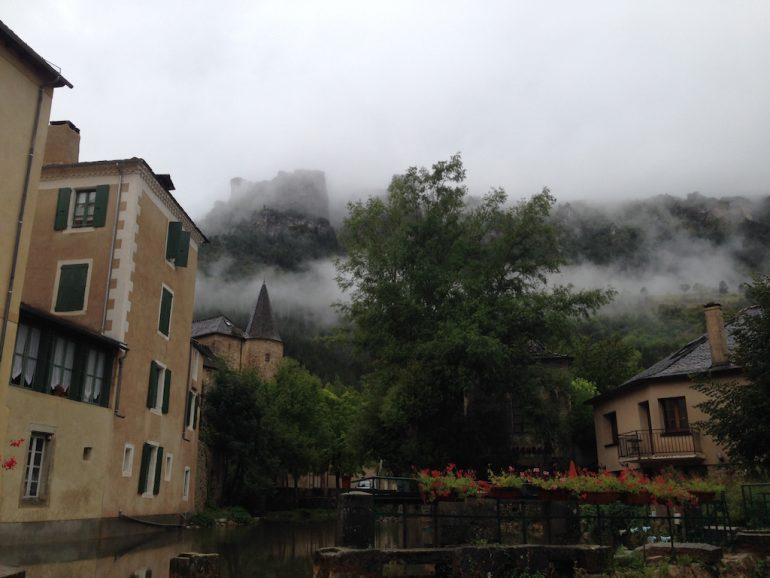 Häuser im Nebel in der Lozère