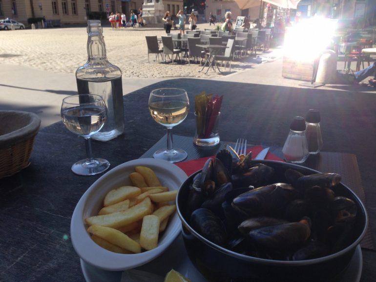 Moules Frites und Wein in Frankreich
