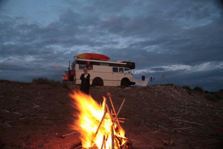 Lagerfeuer und umgebauter LKW