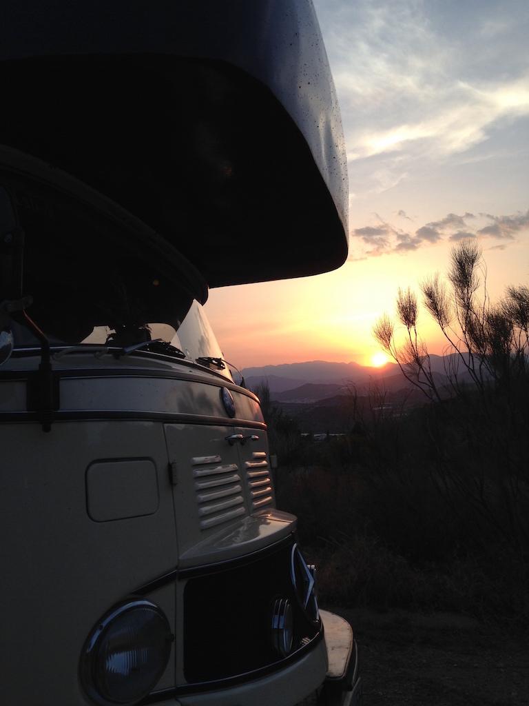 Sonnenuntergang hinter umgebautem LKW