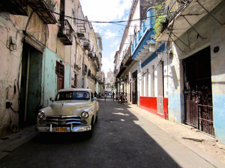 Altes Auto und Gebäude in Havannas Altstadt