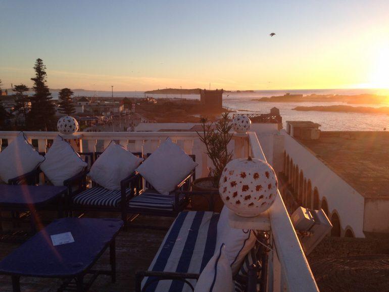 Marokko Sehenswürdigkeiten: Terrasse im Sonnenuntergang in Essaouira