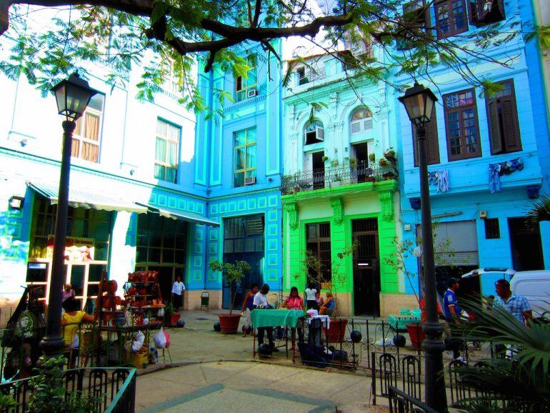 Geldwechsel in Kuba: Bunte Häuser in Havanna