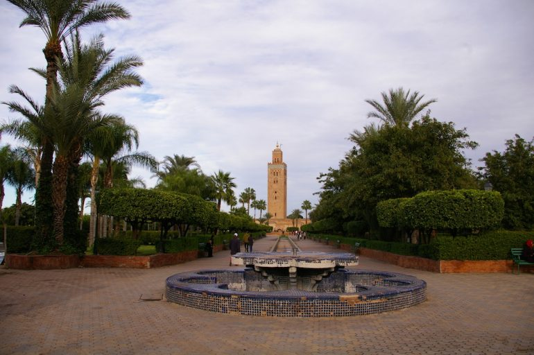 Marokko Sehenswürdigkeiten: Brunnen und Pflanzen vor der Koutoubia-Moschee