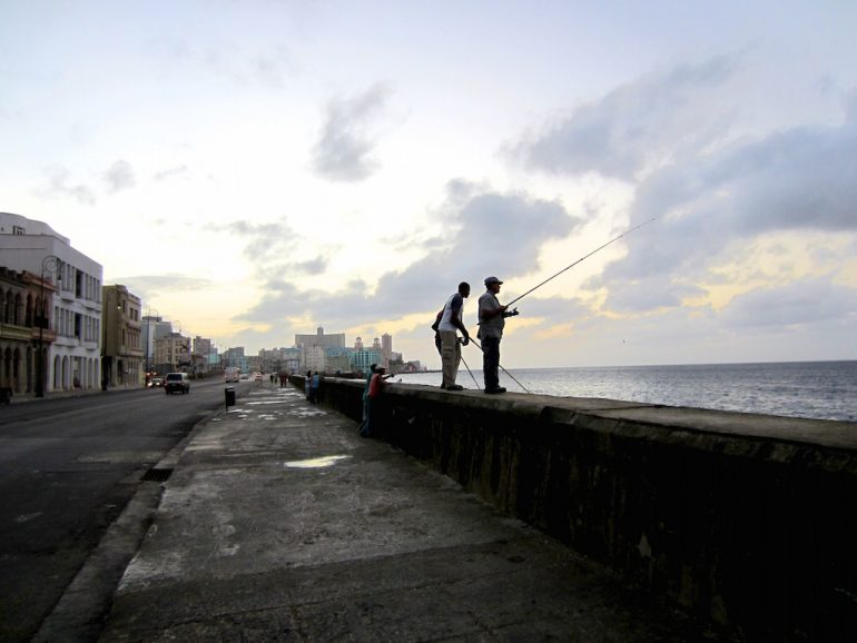 Geldwechsel in Kuba: Angler am Malecón, Havanna