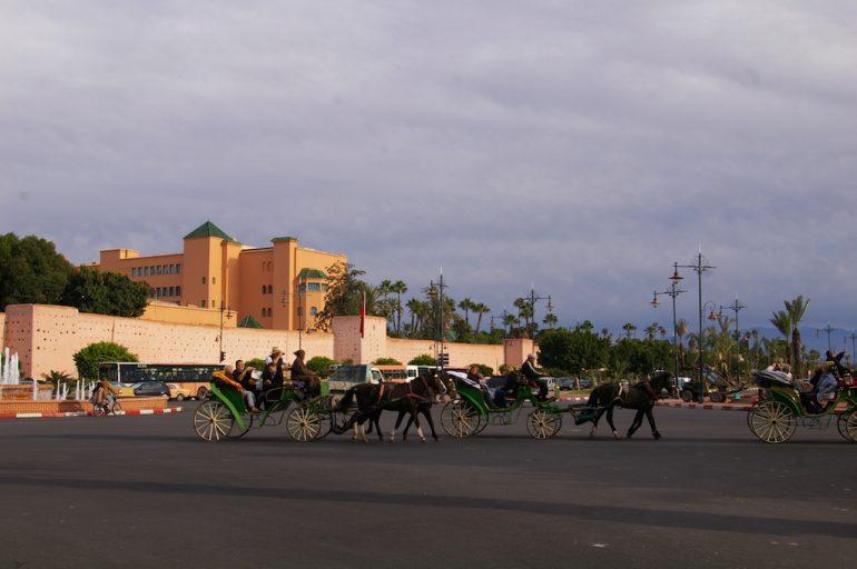 Marokko Sehenswürdigkeiten: Kutsche vor Gebäude in Marrakesch