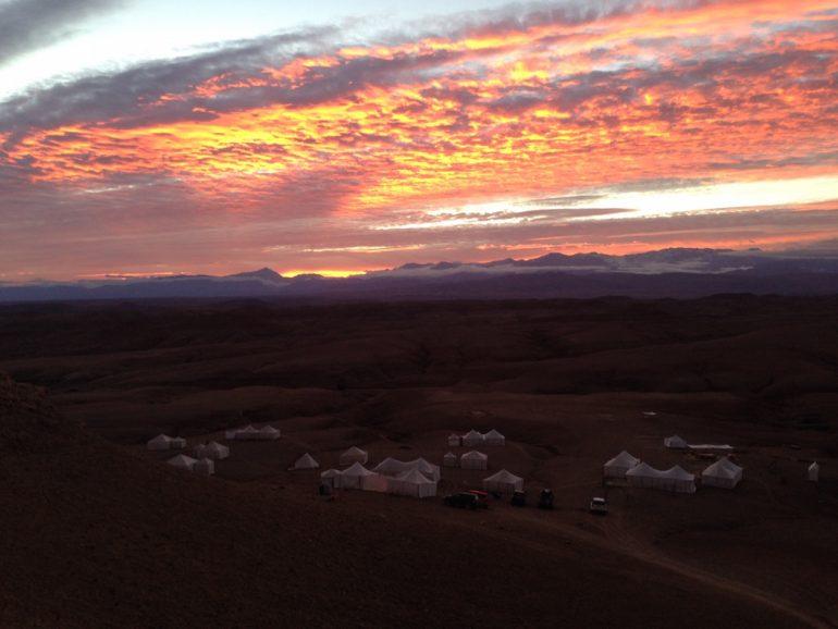 Sonnenaufgang mit Zelten im Scarabeo Camp