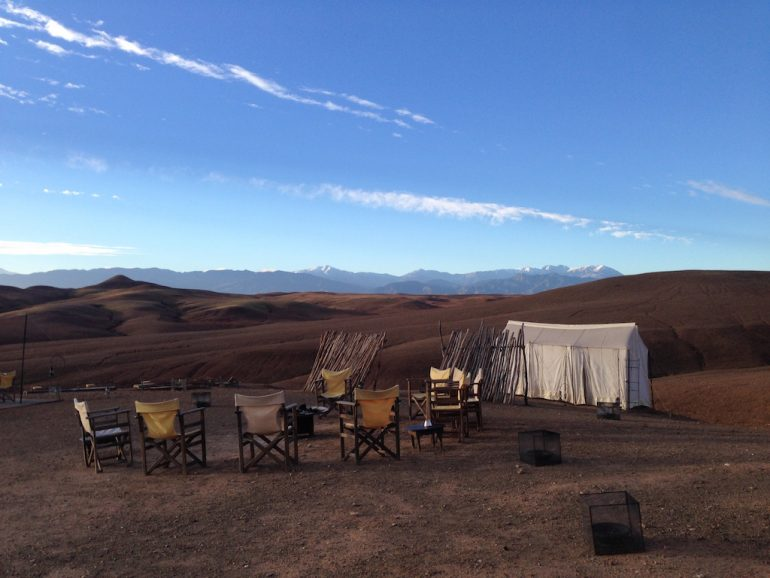 Zelt und Sitzgelegenheiten im Scarabeo Camp, Agafay Desert