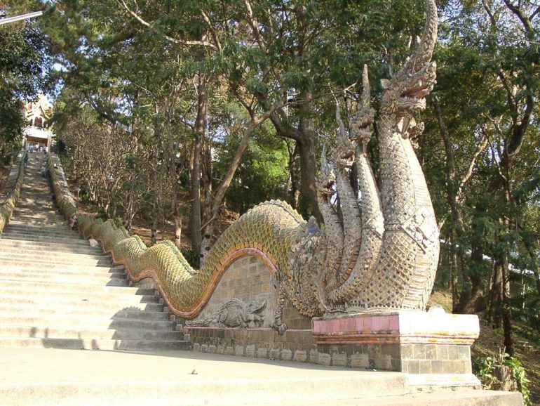 Thailand Highlights: Aufgang zum Wat Phra Doi Suthep in Chiangmai