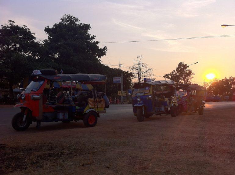 Thailand Highlights: Tuk Tuks im Sonnenuntergang im Isan
