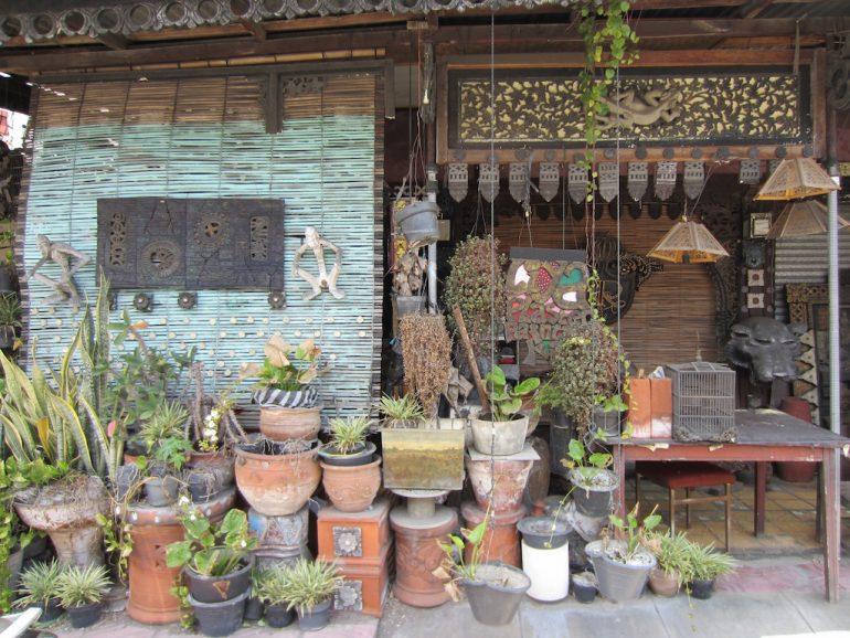 Hütte und Blumentöpfe in Jogja