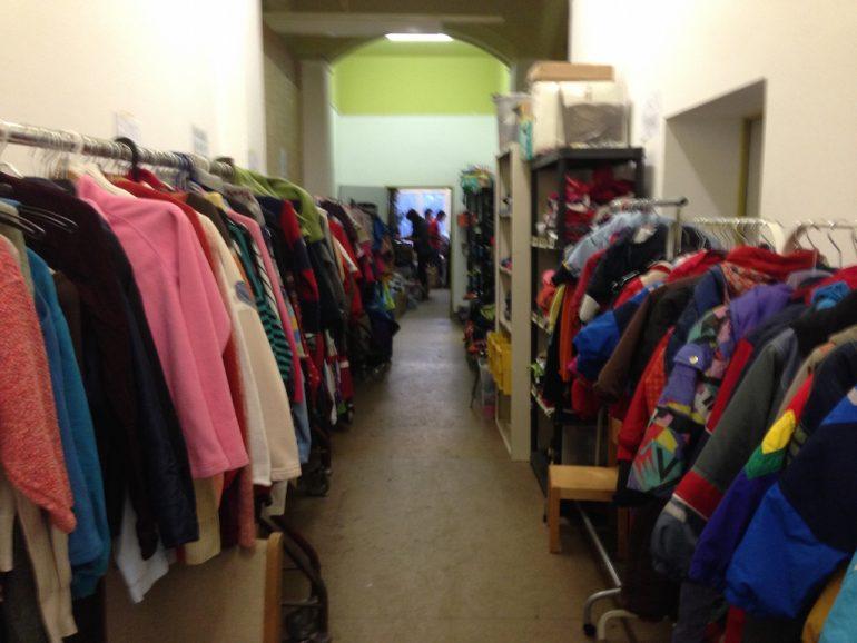 Kleiderkammer für Kinder: Das Meiste, was man hier sieht, ist abends schon weg und durch neue Klamotten ersetzt.