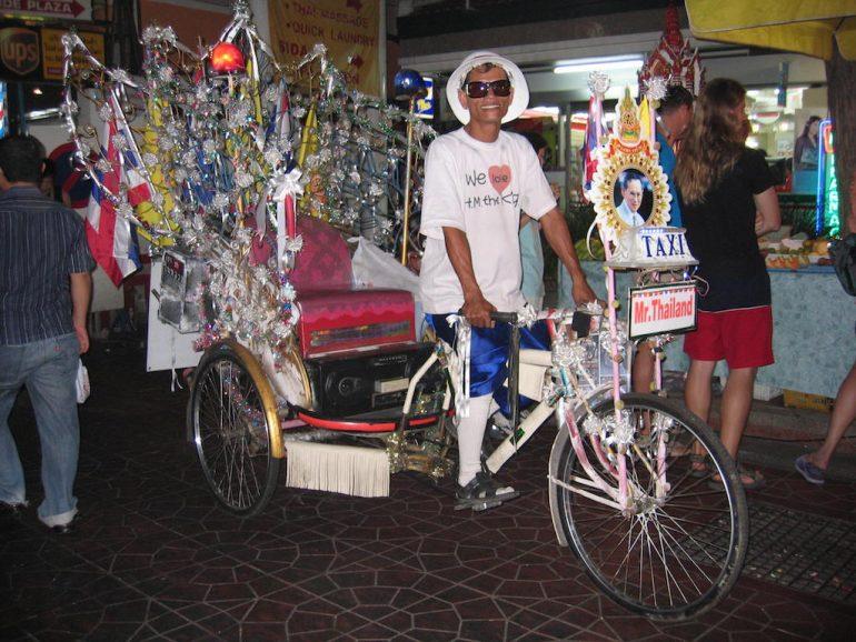 Thailand Highlights: Strassenszene mit Fahrradrikscha in Bangkok
