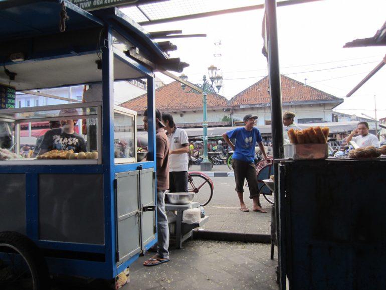 Essensstände und Besucher in Jogja