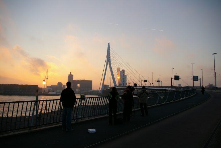 Urlaub am Rhein: Brücke in Rotterdam im Morgengrauen