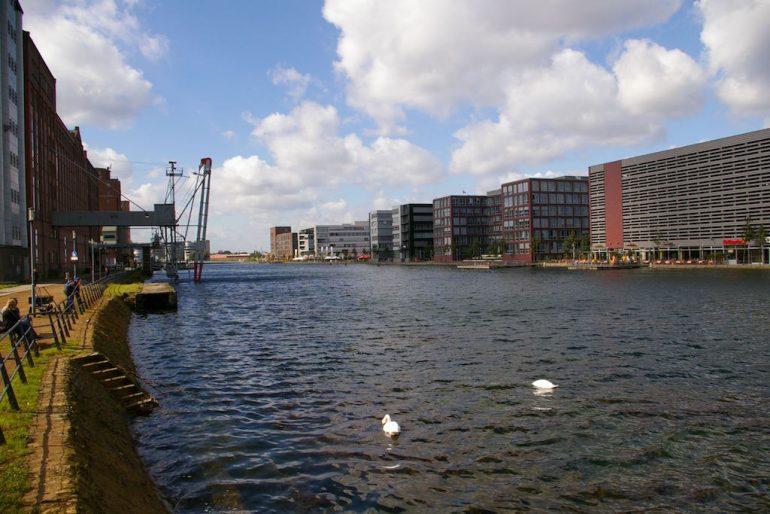 Rhein und Gebäude am Duisburg Innenhafen