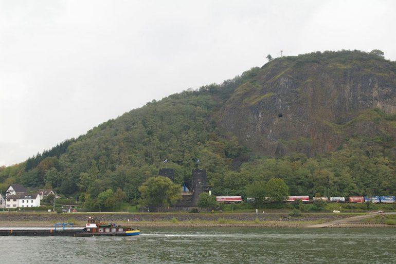 Rhein und Schiff bei der Brücke von Rehmagen