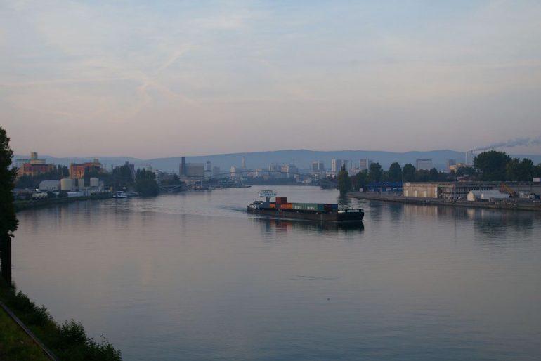 Rhein mit Containerschiff in Basel
