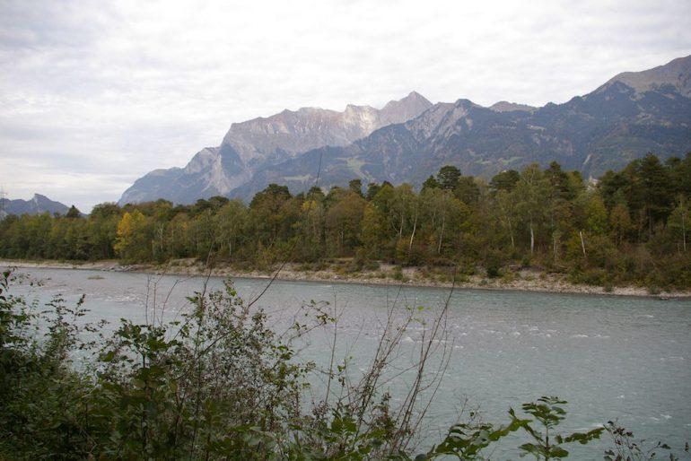 Urlaub am Rhein: Der Rhein und die Alpen