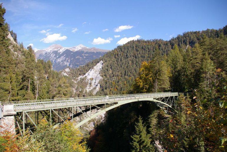 Brücke, Wald und Berge an der Rheinschlucht