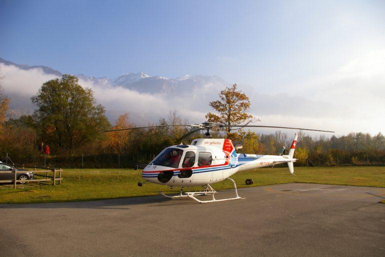 Helikopter vor den Alpen