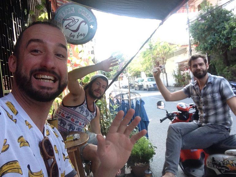 Marco Buch, Guillaume Duranceu-Thibert und John Lovejoy vor Geschäft in Chiangmai