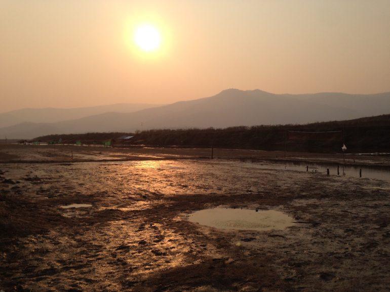 Sonnenuntergang am Doi Tao See bei Trockenheit