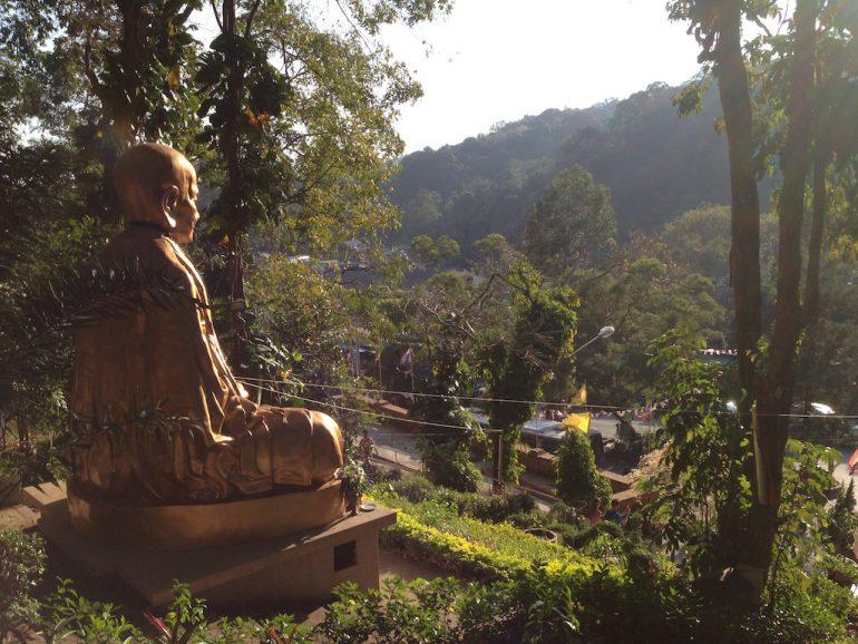 Statue vor Tal in Thailand
