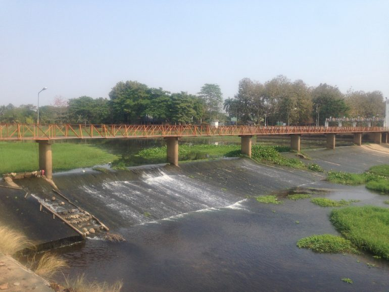 Staustufe mit Brücke am Mae Ping