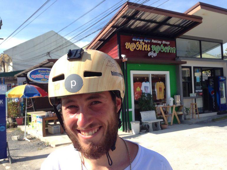Longboard-Fahrer Florian Michl vor Geschäft in Thailand