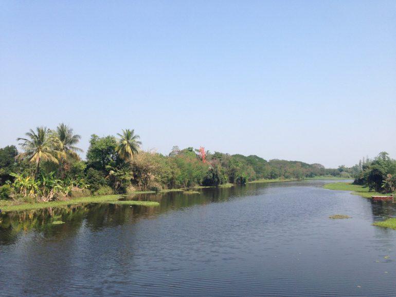 Mae Ping Fluss und grüne Böschung