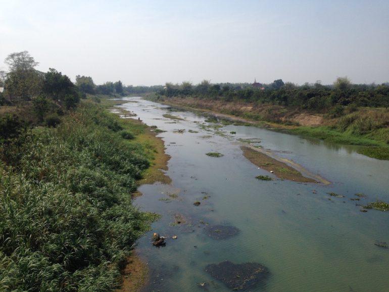 Fluss und Böschung