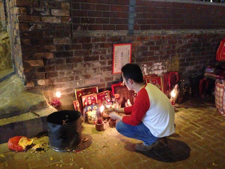 Hong Kong Sehenswürdigkeiten: Betender vor dem Tin Hau Tempel