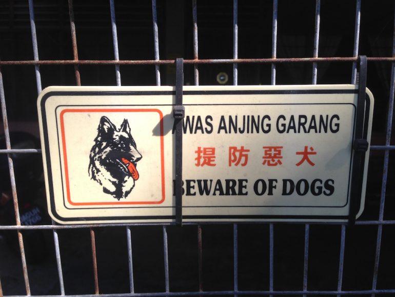 Schild an Gitter