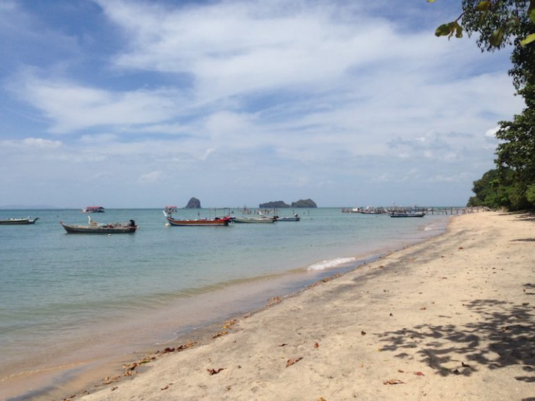 Boote und Strand am Black Sand Beach
