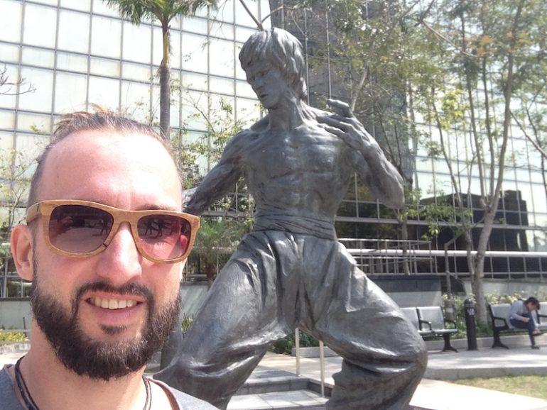 Hong Kong Sehenswürdigkeiten: Marco Buch mit einer Statue von Bruce Lee