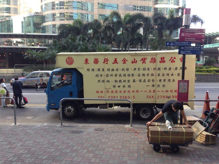 Hong Kong Sehenswürdigkeiten: Beschrifteter LKW im Straßenverkehr