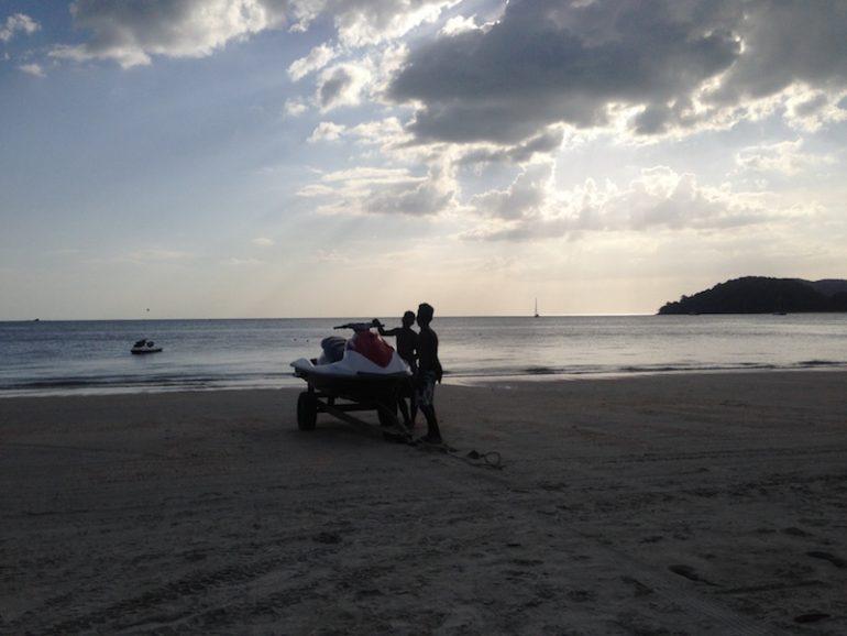 Menschen mit Jet Ski am Strand von Cenang