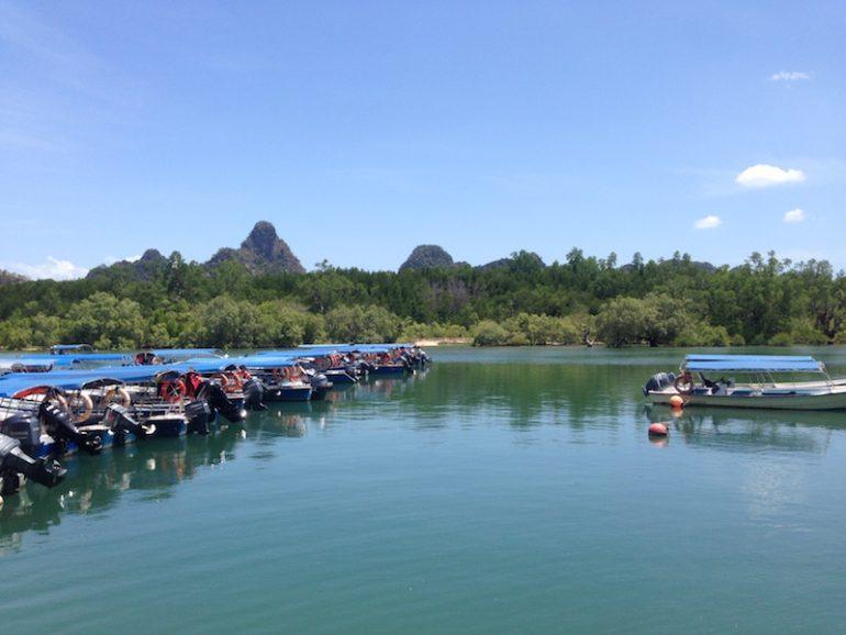 Ausflugsboote im Kilim Geoforest Park