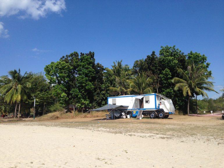 LKW Wohnmobil unter Palmen am Strand auf Langkawi