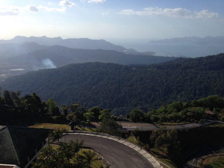 Strasse zum Gung Raya, Berge und Meer
