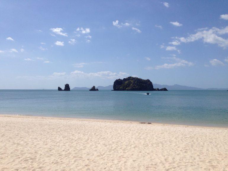 Langkawi Sehenswürdigkeit: Strand mit Meer und Felsen in Tanjung Rhu Beach